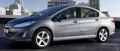 Surprise: la Peugeot 408 n'est pas directement la remplaçante de la Peugeot 407. La vraie remplaçante de la 407 monte en gamme et remplace également la Peugeot 607, et change de nom en devenant la Peugeot 508.<br> Cette Peugeot 408 est destinée aux marchés 'émergents': la Chine en premier lieu. Il s'agit d'une 307 allongée, à coffre, qui est dotée de motorisations éprouvées et fiables: les 1,6L et 2,0L classiques de Peugeot..