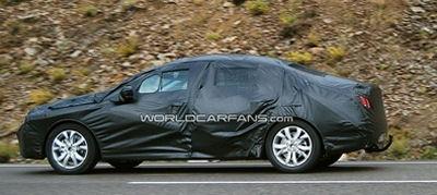 Des photographes espions ont pu prendre en photo une Peugeot 408 lourdement camouflée lors de tests de roulage.